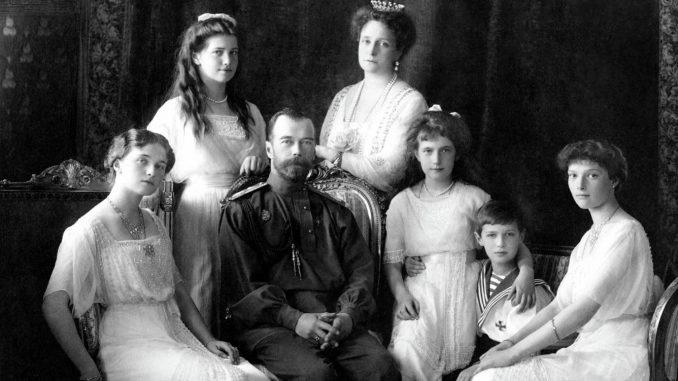 Familia Romanov, úlima dinastía imperial rura. En el centro, el zar Nicolás II.