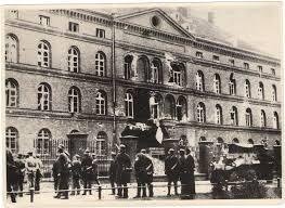 El edic=ficio de correos pirmer objetivo asedidado por la invasión alemana en 1939.